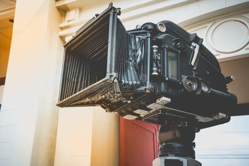 Slut upp av för filmfilm för tappning den klassiska mobila projektorn med tappningfärgstil Gammal projektor för bio för rullande  royaltyfria foton