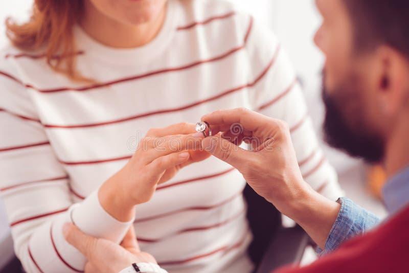 Slut upp av förlovningsringen på fingret royaltyfria foton