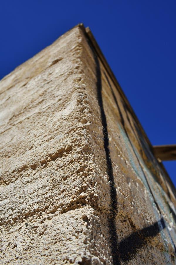 Slut upp av förstörd stenbyggnad i öknen arkivbild