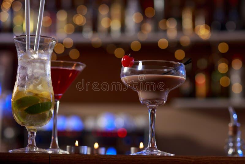 Slut upp av flera drinkar arkivfoto