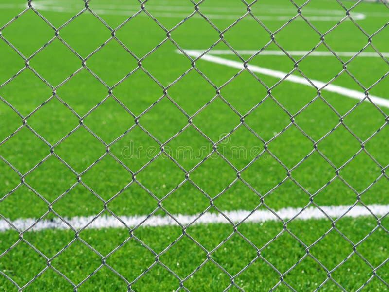 Slut upp av fotbollfältet bak staketet för chain sammanlänkning royaltyfri fotografi