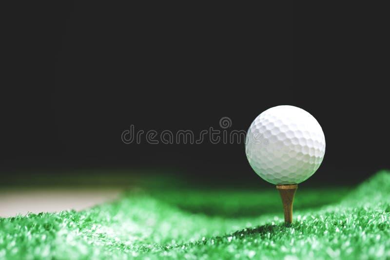 Slut upp av golfboll på utslagsplatsen som är klar att vara skott arkivbild