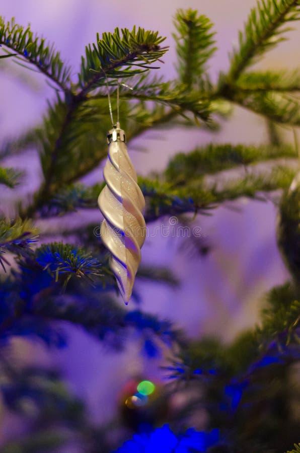 Slut upp av gråa julgrangarneringar royaltyfria bilder