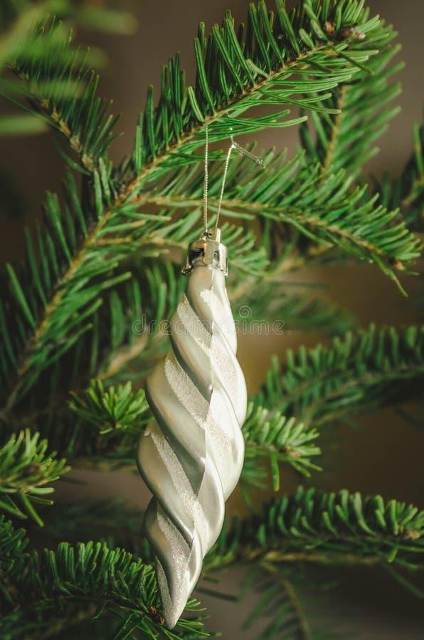 Slut upp av gråa julgrangarneringar royaltyfri foto
