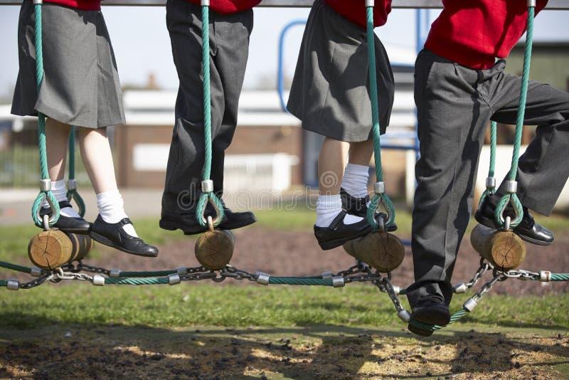 Slut upp av grundskolaelever på klättringutrustning fotografering för bildbyråer