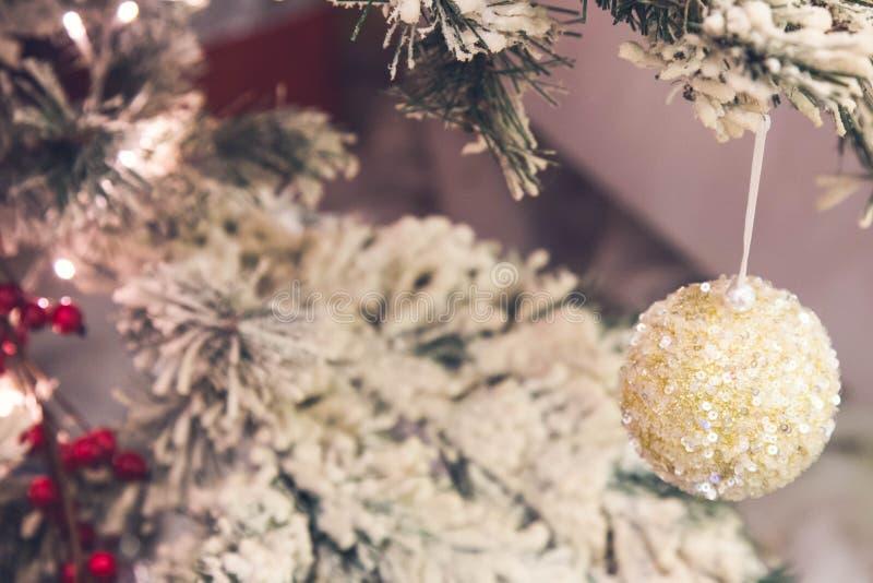 Slut upp av guld- julgrangarneringar royaltyfria foton