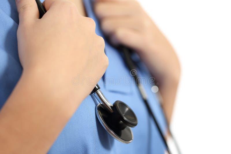 Slut upp av händer för en sjuksköterska med stetoskopet fotografering för bildbyråer