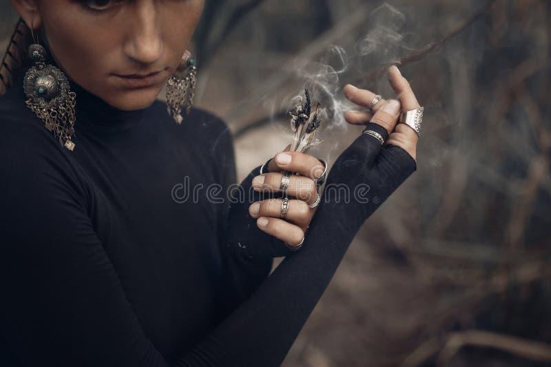 Slut upp av händer för ung kvinna som rymmer rökelse arkivfoto