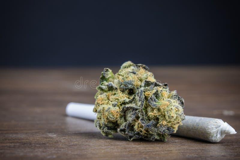 Slut upp av högkvalitativ potent marijuana Bud With Weed royaltyfri foto