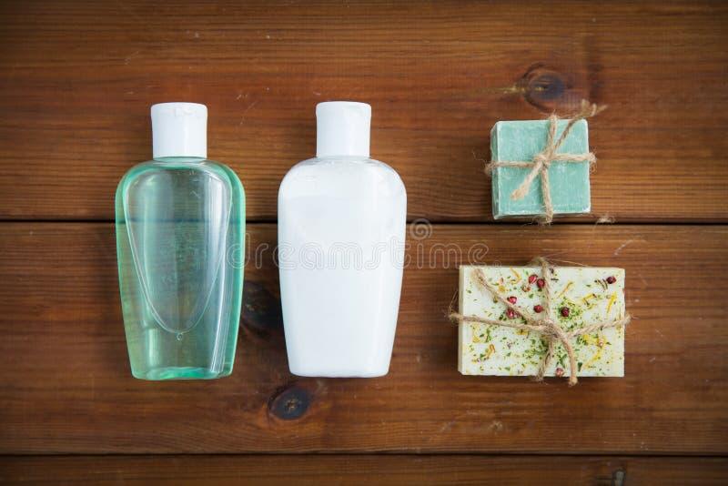 Slut upp av handgjorda tvålstänger och lotioner på trä royaltyfria bilder