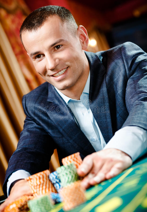 Slut upp av hasardspelareinsatser som leker rouletten arkivbilder