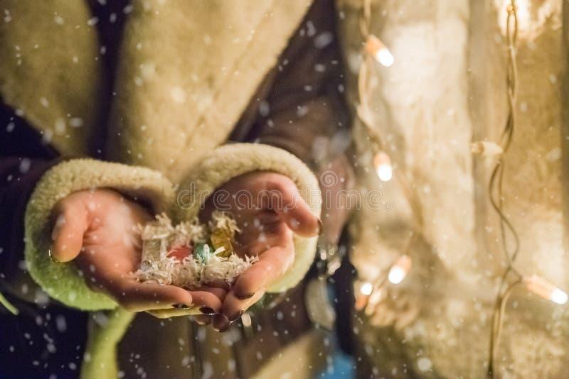 Slut upp av julgodisen i kvinnliga händer Semestrar begrepp royaltyfri fotografi