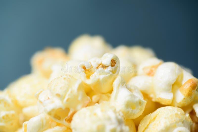 Slut upp av karamellpopcorn royaltyfri foto