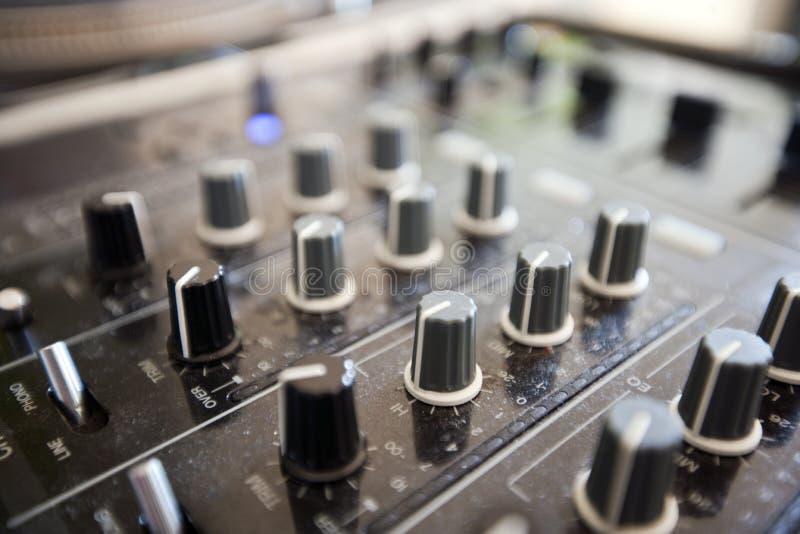 Slut upp av knoppar på den ljudsignal konsolen arkivfoto