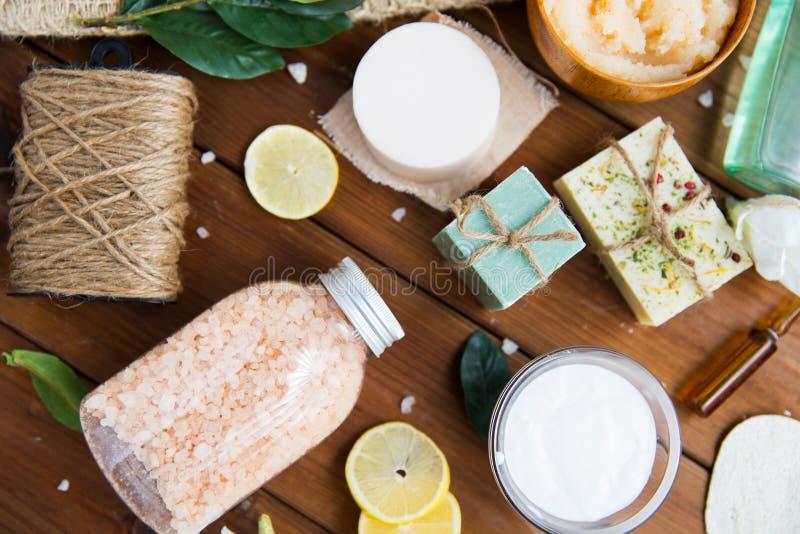 Slut upp av kosmetiska produkter för kroppomsorg på trä royaltyfri foto