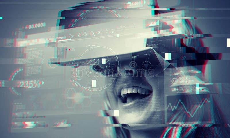 Slut upp av kvinnan i virtuell verklighethörlurar med mikrofon royaltyfri bild