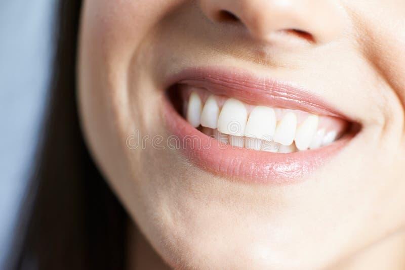 Slut upp av kvinnan med härliga tänder och ett perfekt leende royaltyfria bilder