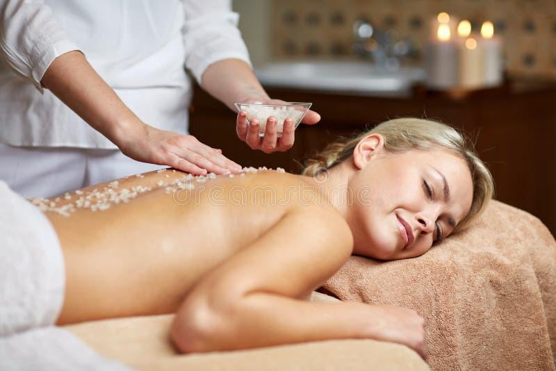 Slut upp av kvinnan som ligger och har massage i brunnsort royaltyfria foton