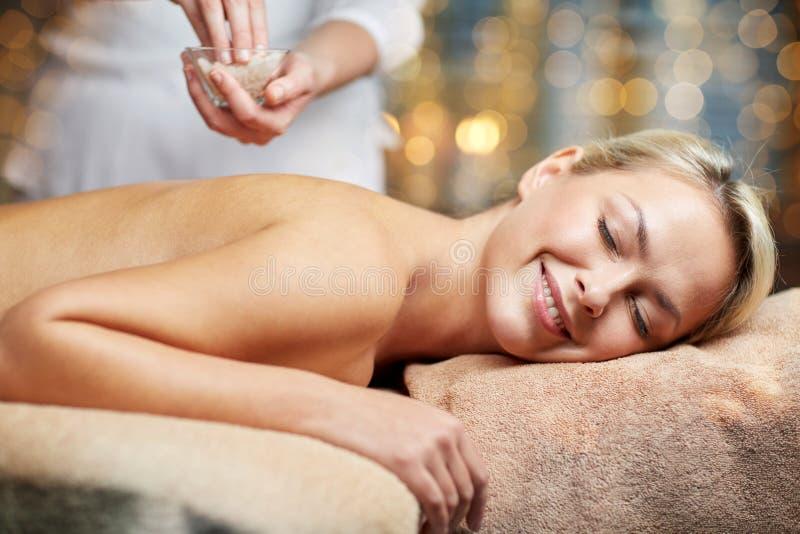 Slut upp av kvinnan som ligger och har massage i brunnsort fotografering för bildbyråer