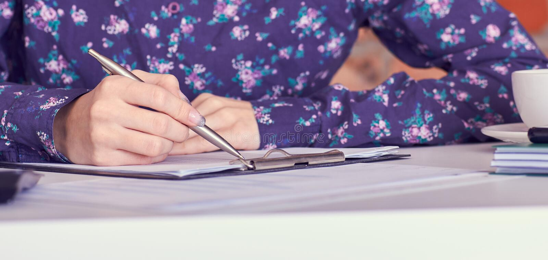 Slut upp av kvinnliga beräkningar för revisor- eller bankirhanddanande Besparingar, finanser och ekonomibegrepp royaltyfri fotografi
