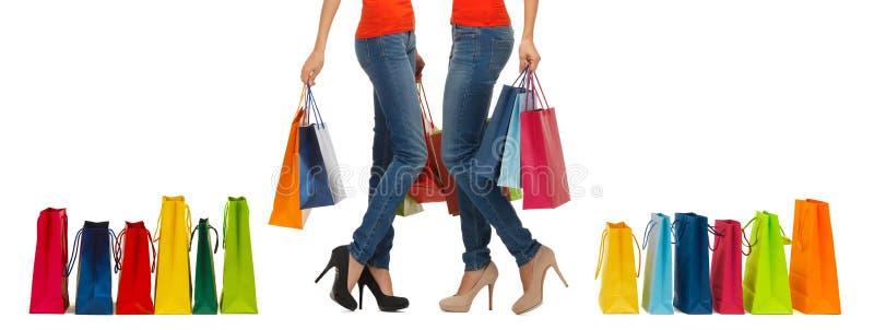 Slut upp av kvinnor med shoppingpåsar royaltyfri foto