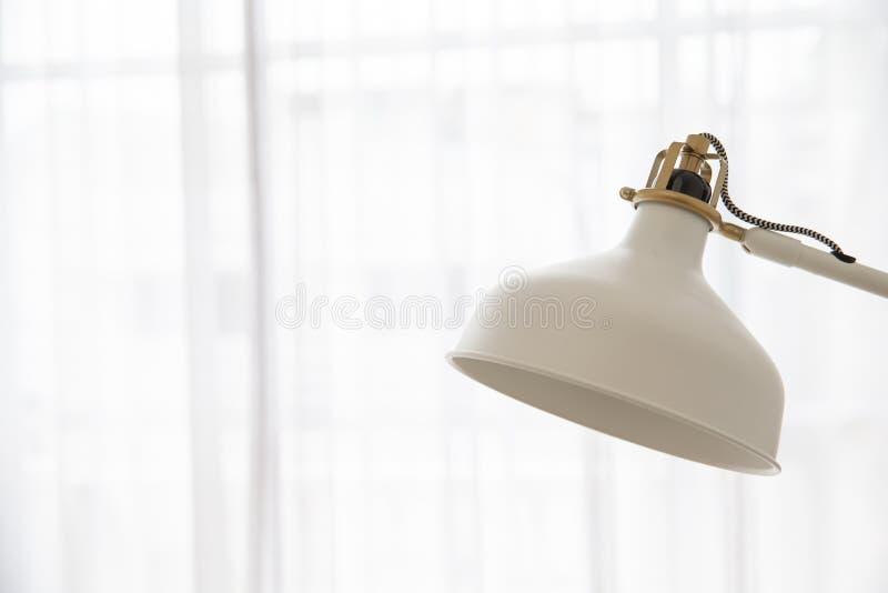 Slut upp av lampan för skrivbord för tappningkräm den justerbara på cu för vitt ljus arkivfoto