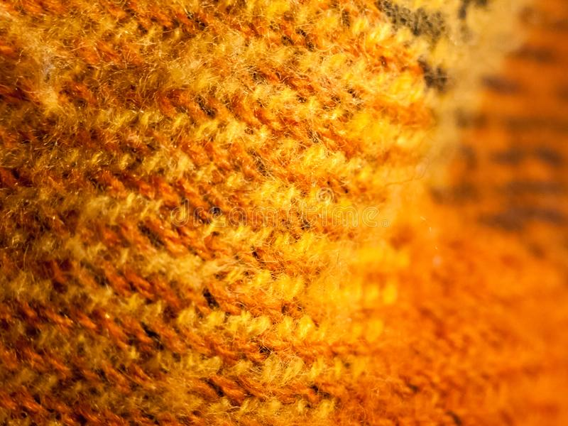 Slut upp av ljus orange bakgrund för tygrät maskatextur royaltyfri fotografi