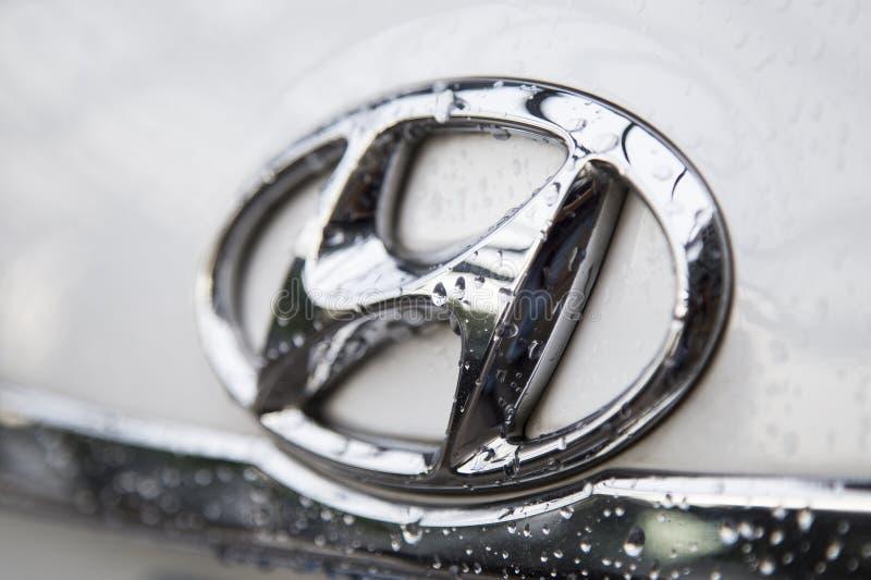 Slut upp av logoen av den Hyundai motorn på bilframdelen royaltyfri foto