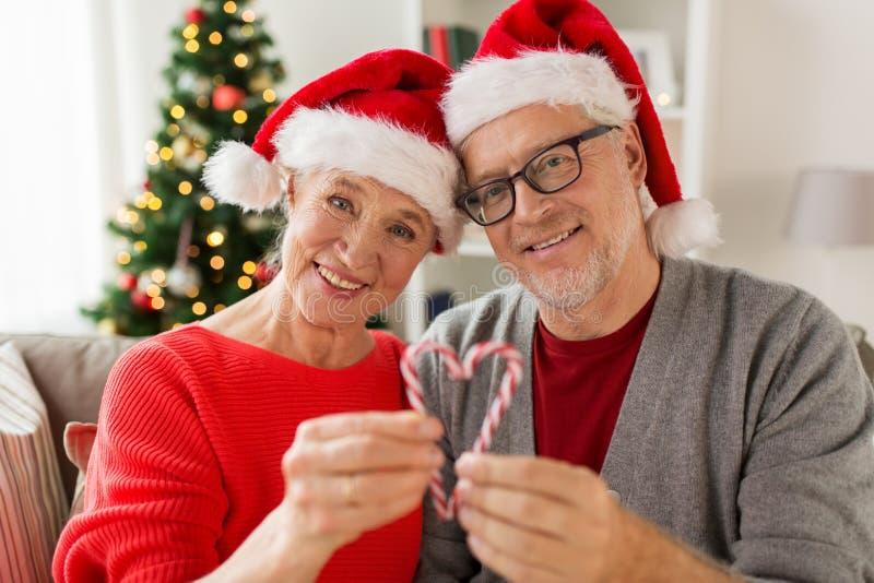 Slut upp av lyckliga höga par på jul royaltyfri bild