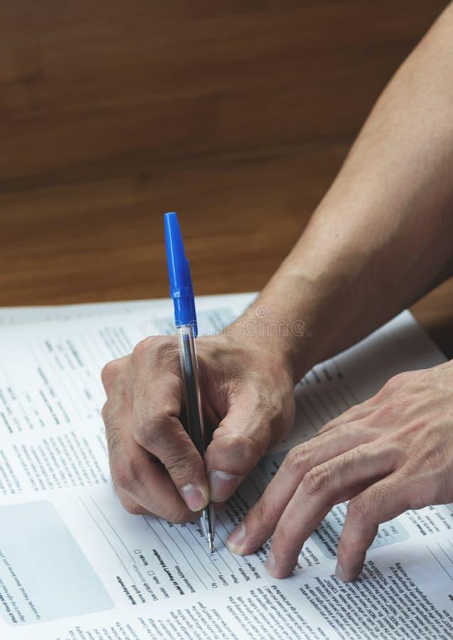 Slut upp av manhanden med pennhandstil och underteckning royaltyfri bild