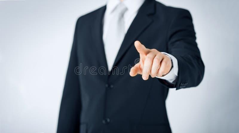 Slut upp av mannen som pekar fingret till något royaltyfria bilder