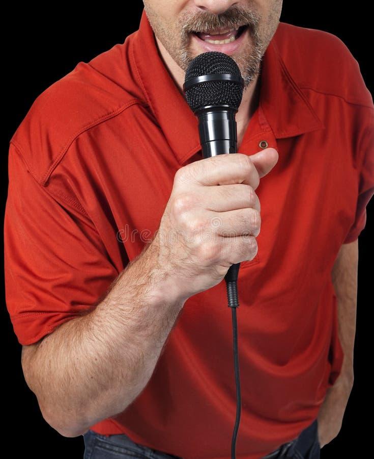 Slut upp av mannen som sjunger i mikrofon royaltyfri bild