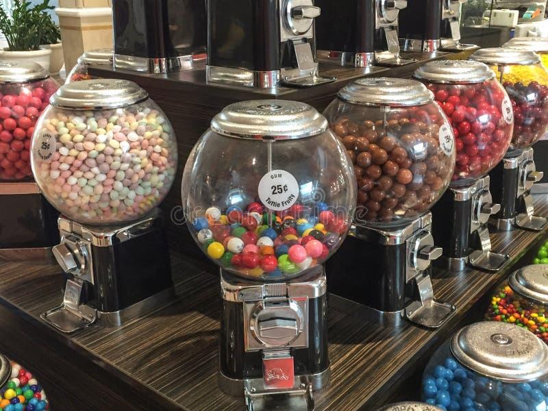 Slut upp av maskiner för gummiboll i generisk shoppinggalleria royaltyfri foto