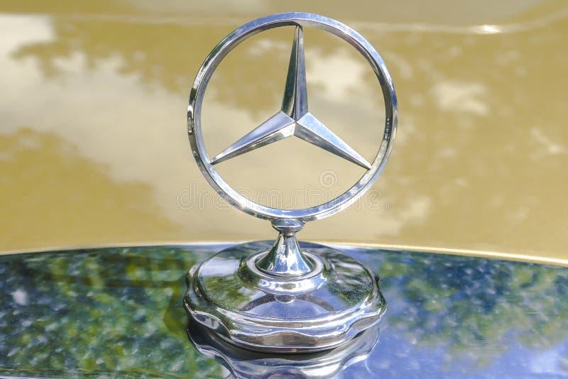 Slut upp av Mercedes Benz Star arkivfoto