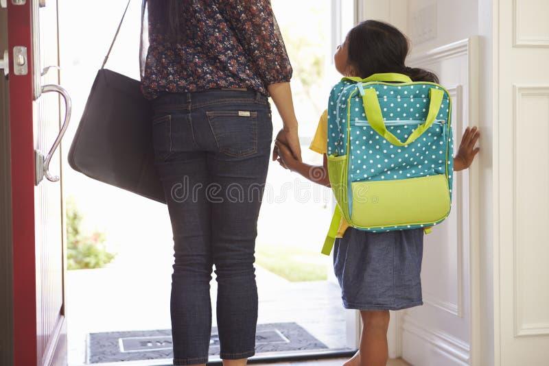 Slut upp av modern och dottern som lämnar för skola royaltyfri fotografi