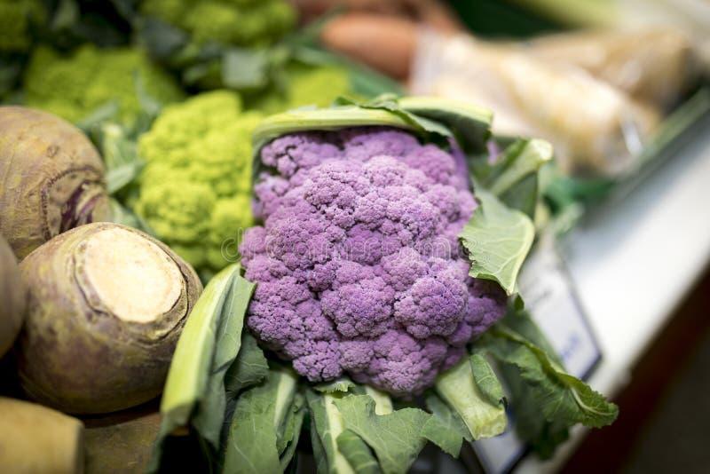 Slut upp av mogna och vibrerande gröna Romanesco grönsaker bak p arkivfoton