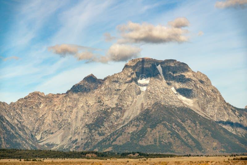 Slut upp av monteringen Moran i det Tetons området med moln över royaltyfria foton