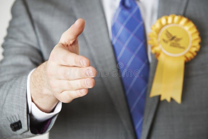 Slut upp av mummel för liberaldemokratpolitikerReaching Out To skaka royaltyfria bilder