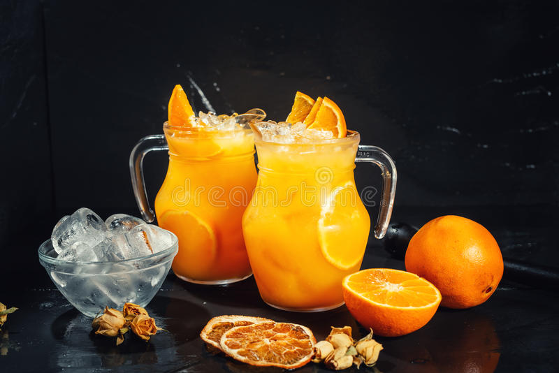 Slut upp av orange lemonad som den nya sommardrinken, nonalcoholic uppfriskning royaltyfri fotografi