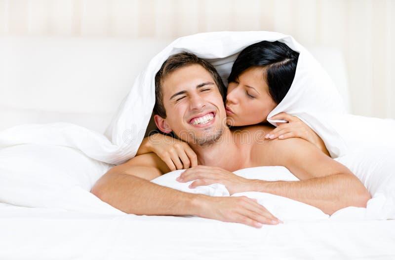 Download Slut Upp Av Par Som Spelar I Säng Fotografering för Bildbyråer - Bild av ejderdun, sängkläder: 37345675