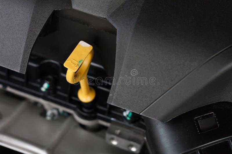 Slut upp av pinnen för dopp för bilmotorolja arkivfoto