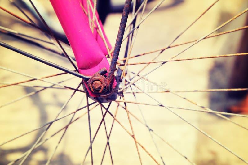slut upp av processen för cykelhjul i retro stil för tappning arkivbilder