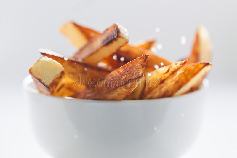 Slut upp av rimmade chiper i den vita bunken royaltyfri fotografi