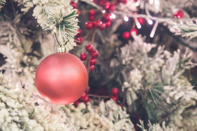 Slut upp av rosa julgrangarneringar royaltyfri bild