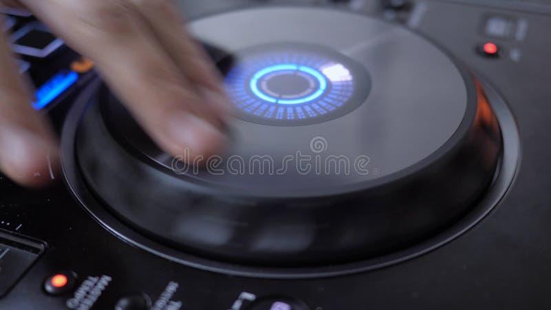 Slut upp av roterande vinyl för hand av Dj-instrumentet royaltyfria foton