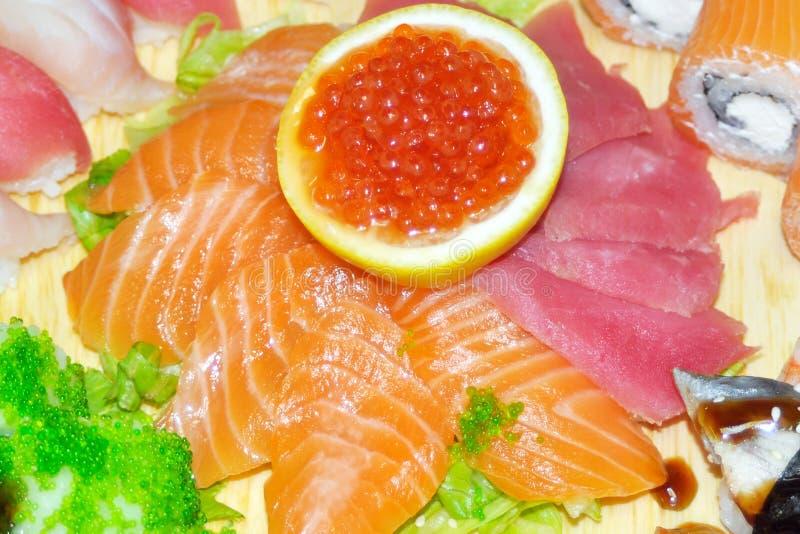 Slut upp av sashimisushiuppsättningen med pinnar och sojabönor royaltyfria foton