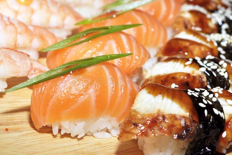 Slut upp av sashimisushiuppsättningen med pinnar och sojabönor fotografering för bildbyråer