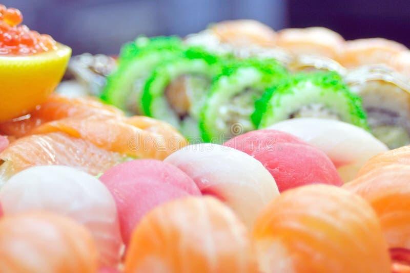 Slut upp av sashimisushiuppsättningen med pinnar och sojabönor royaltyfria bilder