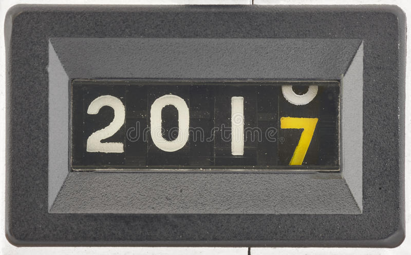 Slut upp av siffrorna av en mekanisk räknare Begrepp av det nya året 2017 royaltyfri fotografi