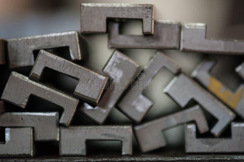 Slut upp av staplade metallplattor arkivfoto